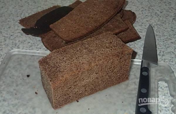 2.С буханки ржаного хлеба срезаю все корочки, в дальнейшем это поможет придать сухарикам правильную форму.