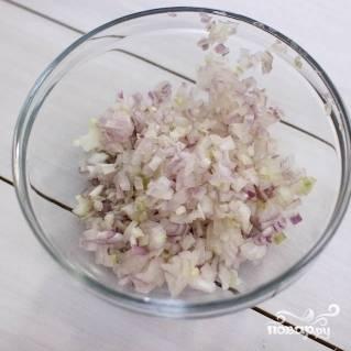 5. Очистите и мелко нарежьте лук.