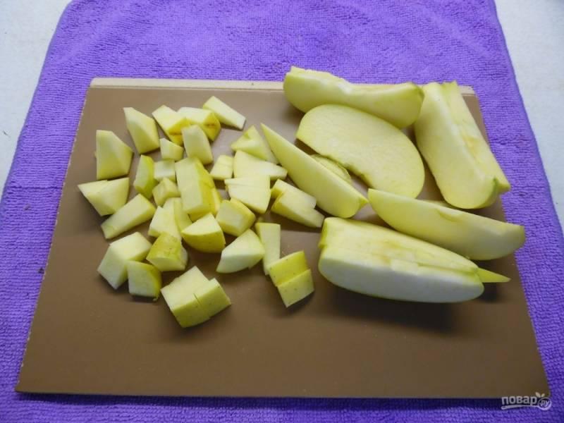 Яблоки нужно нарезать мелкими кубиками. Лимон — потереть на терке вместе с цедрой.