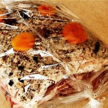 На следующий день корейку из пищевой пленки перекладываем в рукав для запекания, туда же кладем немного целой кураги. Запекаем 40-50 минут при 180-200 градусах.