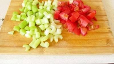 К почти готовым овощам, добавляем порезанный сельдерей и помидоры.