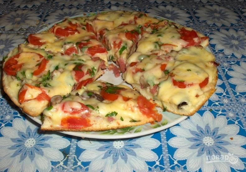 Запекаем пиццу в духовке 40 минут. Температура — 180 градусов. Приятного аппетита!