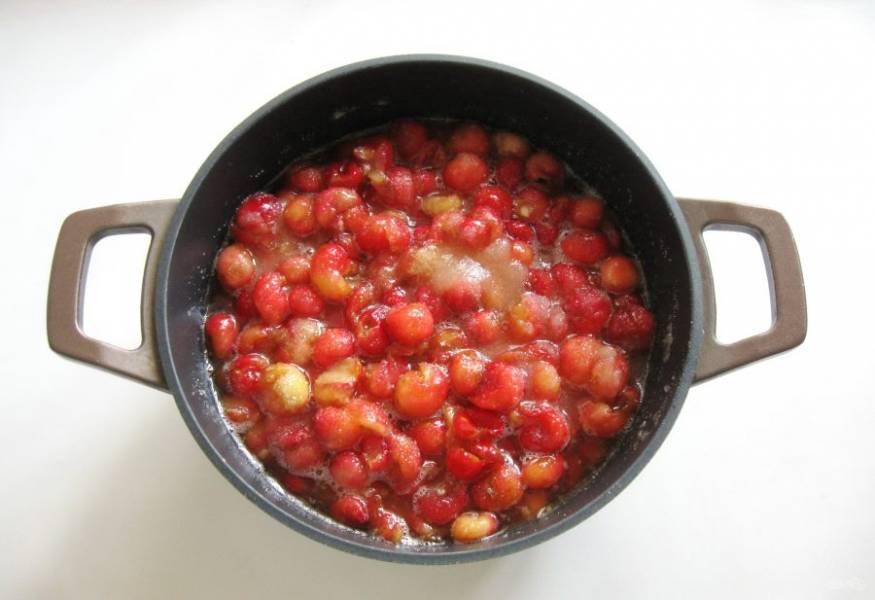 Аккуратно перемешайте черешню с сахаром. Моя ягода сразу пустила много сока. Поставьте кастрюлю на плиту, доведите варенье до кипения, варите на небольшом огне 20 минут и выключайте. После снимите образовавшуюся пену. Дайте постоять варенью 4-5 часов и опять варите 20-25 минут. Опять снимите пену, добавьте ванильный сахар, перемешайте.