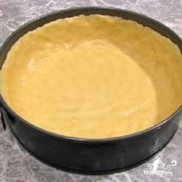 1.Чтобы приготовить тесто, в масло добавить сахар и ваниль. Хорошо растереть.  В  просеянную муку разбить яйцо,  положить растертое масло и разрыхлитель. Замесить тесто. Получится не крутое мягкое тесто. Форму для торта смазать маслом. В форму положить тесто и размять по дну и стенкам, чтобы получились бортики.