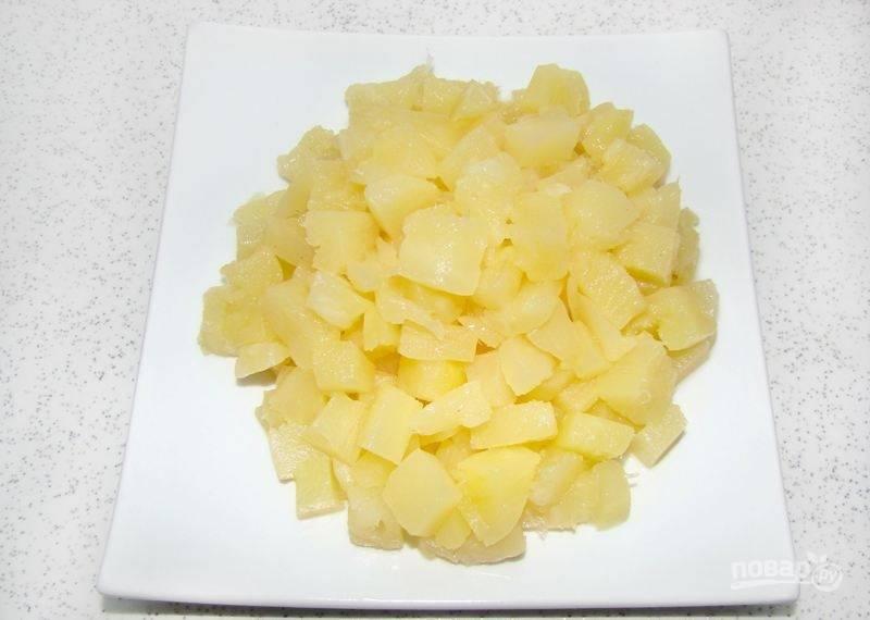 Ананас нарежьте кубиками, и слейте сироп от них. Также слейте жидкость с кукурузы.