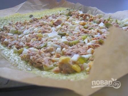 Получившуюся начинку выложите на основу из сыра и каперсов. Хорошенько ее разровняйте ложкой.
