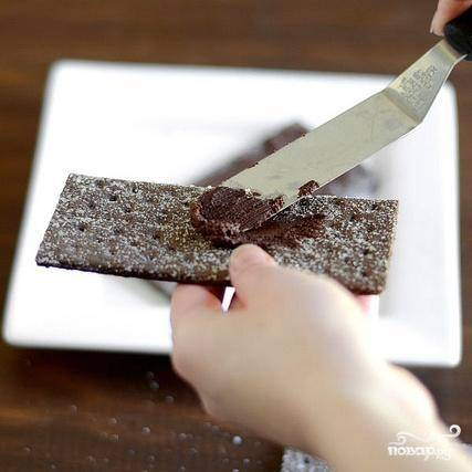 5. С помощью шпателя смазать шоколадные крекеры растопленным шоколадом и положить в морозильник.