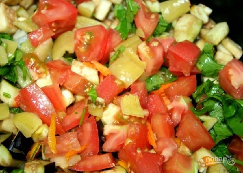 4. Добавляем перец и помидоры. Жарим при постоянном помешивании.