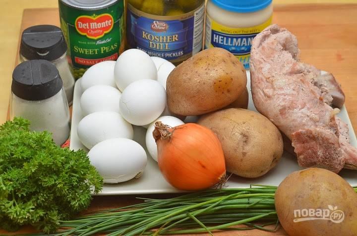 1.Свиное филе отвариваю в подсоленной воде, затем остужаю, также отвариваю яйца и картофель.