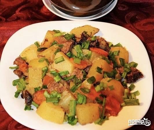 7.При подаче блюдо посыпьте измельченной зеленью лука.