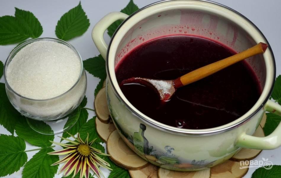 Перемешиваем сок смородины с сахаром. На среднем огне кипятим. Затем делаем огонь минимальным и варим под крышкой еще 25 минут. Количество желе должно уменьшится в 3 раза.