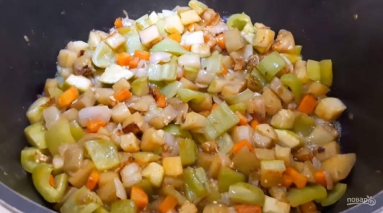 4. Далее добавьте кабачки и баклажаны, добавьте немного масла для жарки и хорошо перемешайте. В последнюю очередь добавьте сладкий перец. Весь процесс обжарки овощей у вас должен занять 20 минут.
