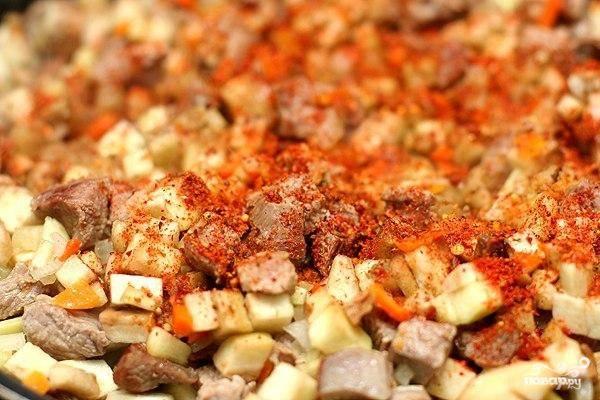 Далее бросаем в сковороду мелко нарезанный баклажан. Добавляем специи по вкусу и томим на среднем огне до готовности.