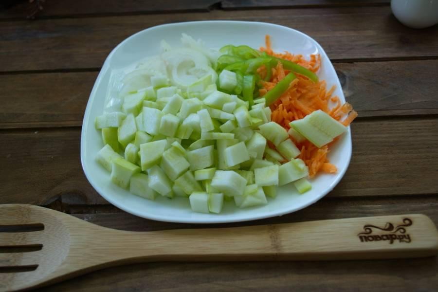 Все вышеуказанные овощи нарезаем произвольно. Морковь можно натереть на терку, чтоб в блюде она быстрее проготовилась.
