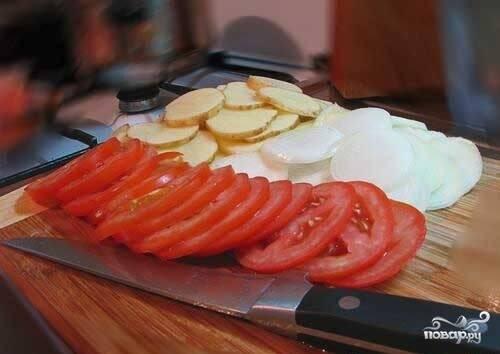 Помидоры помойте. Репчатый лук и картофель почистите. Нарежьте ломтиками.