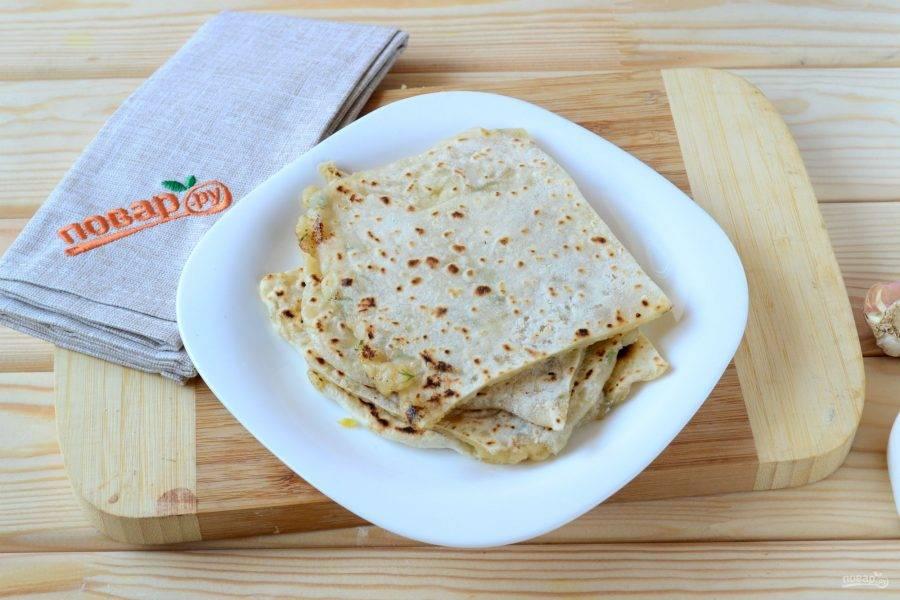 Обжарьте каждую лепешку по 1 минуте на сухой сковороде. Алю паратха готов, кушайте с удовольствием!