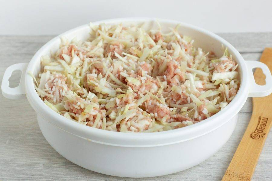 Также добавьте фарш и рис. Всё хорошо перемешайте. Посолите и поперчите по вкусу.
