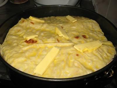"""10. Для аппетитного """"верха"""" добавьте несколько кусочков сливочного масла. Отправляйте форму с запеканкой в разогретую духовку минут на 20-25."""