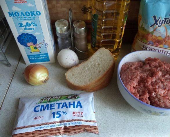 1. Этот рецепт приготовления котлет стандартный. Единственное отличие в том, что в конце они заливаются сметанным соусом и тушатся около 10 минут.
