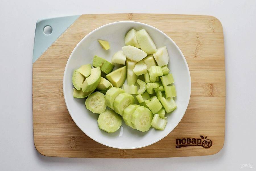 Авокадо, огурец, имбирь и яблоко очистите от кожуры. Нарежьте все на крупные ломтики, чтобы было проще измельчать в блендере.