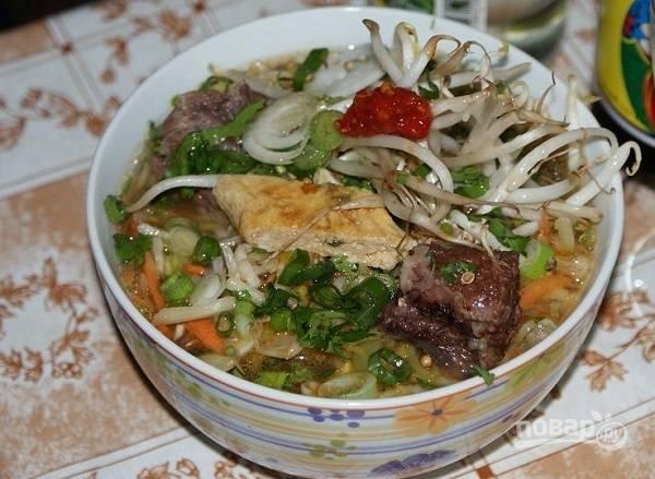 8. Отварите лапшу. Когда все ингредиенты готовы, можно собирать суп: в тарелку выложите мясо, овощи, лапшу, омлет и залейте бульоном.  Приятного аппетита!