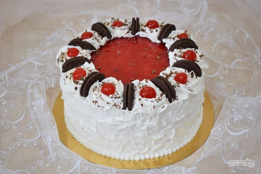 Обмажьте верх и бока торта отложенным кремом из сливок. Украсьте готовый торт по своему вкусу.  Поставьте торт в холодильник на несколько часов, чтобы он пропитался и застыл. Приятного чаепития!