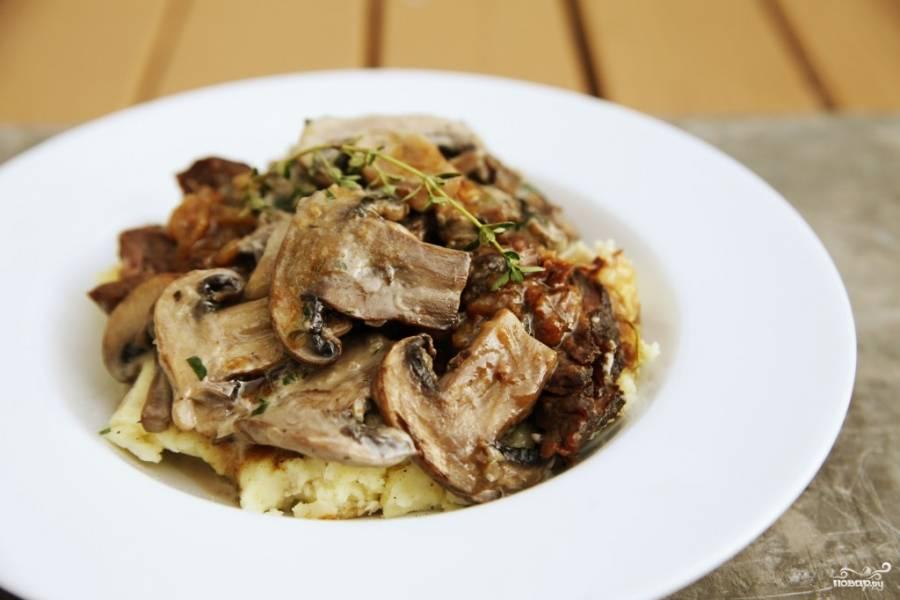 Картофель, тушенный с грибами и луком