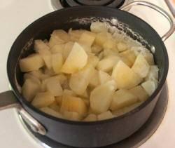 Теперь довидите до кипения и так варите 15 минут, затем уберите с плиты и слейте воду из кастрюли.