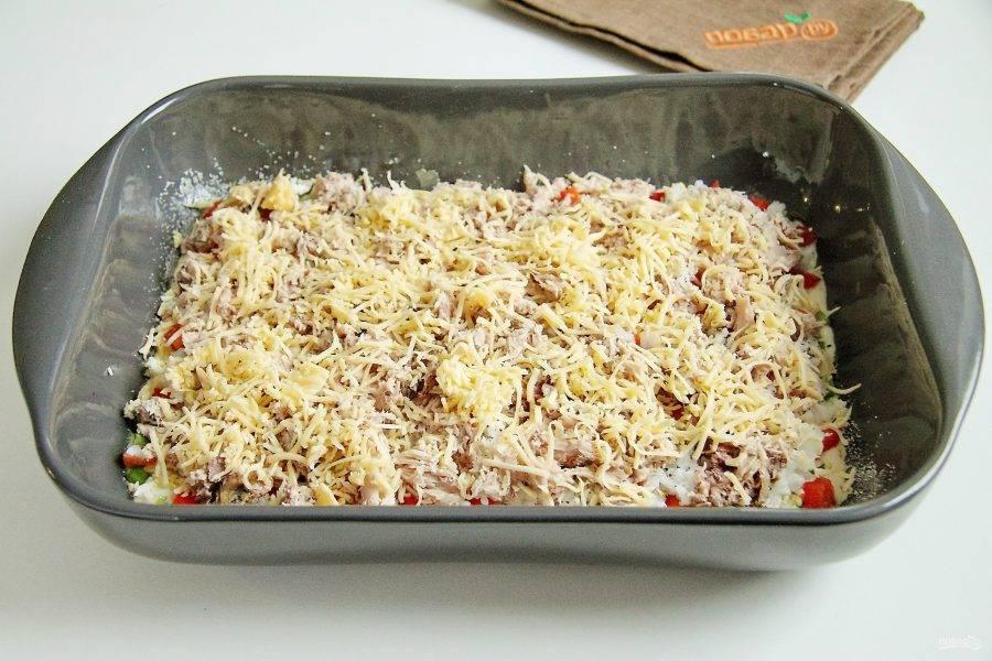 Сверху посыпьте все небольшим количеством тертого сыра.