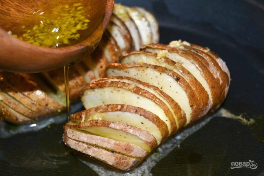 6.Полейте чесночным маслом картофель, достав его из духовки.