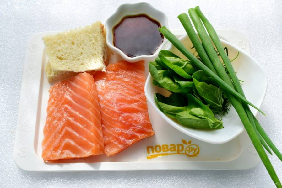 """Подготовьте необходимые продукты. Зелень надо вымыть, обсушить. Филе лосося обсушите. Рис промойте несколько раз до прозрачной воды. Залейте 2 стаканами холодной, чуть подсоленной воды. Поставьте отвариваться в режиме """"Крупа"""" на 25 минут."""