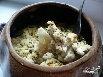4.Раскладываем цветную капусту по горшочкам, вливаем соус из взбитых яиц со сливками, посыпаем панировочными сухарями, затем кладем в каждый горшочек по кубику сливочного масла. Можно также посыпать мелко нарезанной зеленью.