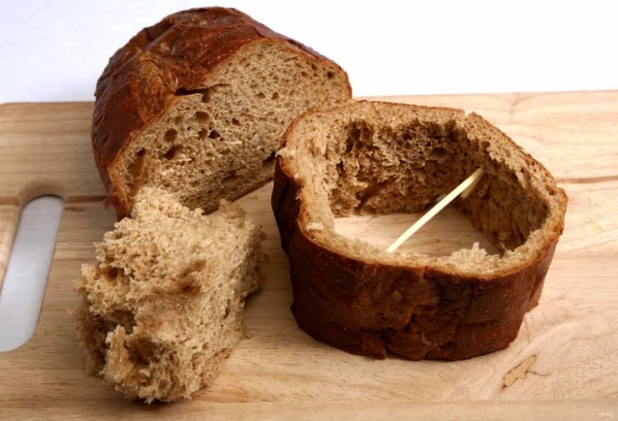 """Подготовим """"тарелочку"""" из хлеба. Для этого берем небольшие круглые буханки хлеба, срезаем верхушки и донышка, вырезаем мякоть. Оставим только боковые стенки."""