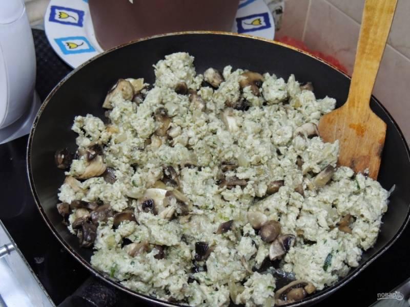 2. Итак, нам нужно приготовить начинку, а затем замесить тесто. Грибы тщательно моем и измельчаем. Отправляем их на сковороду обжариваться. В середине жарки отправляем нарезанный мелко лук, а спустя 5 минут отправляем фарш. Жарим до готовности.