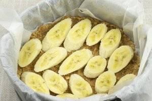 На корж выкладываем несколько порезанных бананов.