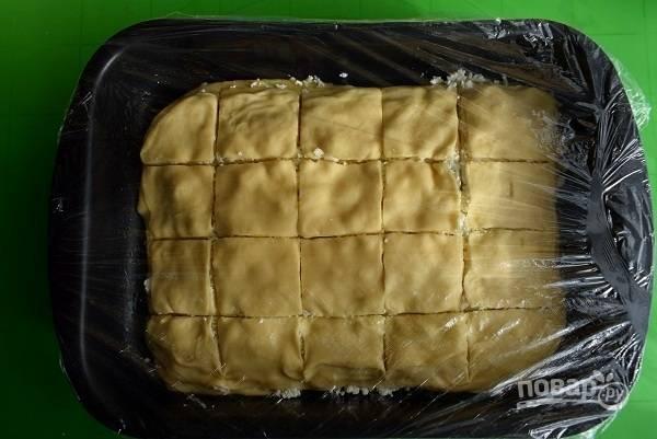 Последний пласт не смазывайте. Острым ножом сделайте надрезы по всему периметру пирога, не касаясь дна формы. Накройте пищевой пленкой и оставьте на 30 минут в теплом месте для подхода.