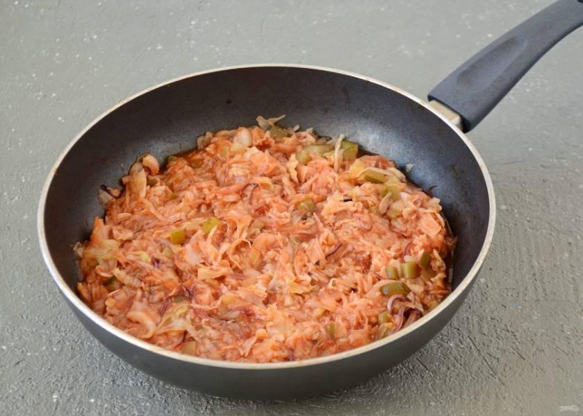 Тушеную капусту переложите в сковороду, влейте томатную пасту разведённую в воде и яблочный уксус, потушите до испарения жидкости. В конце посолите по вкусу.