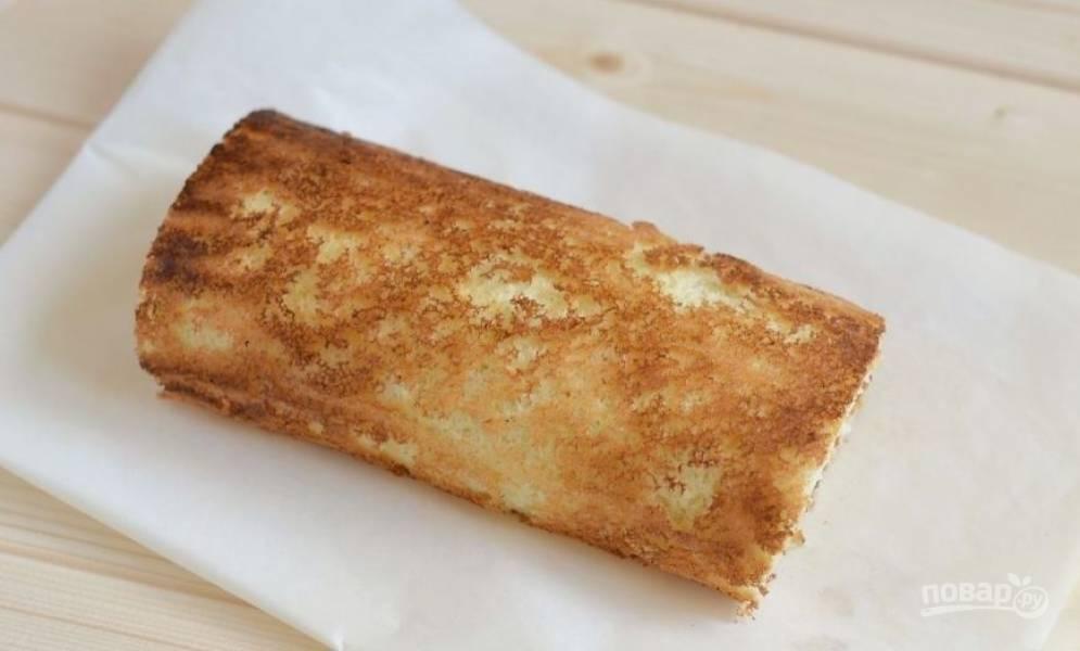 Аккуратно сверните бисквит с начинкой в рулет и посыпьте его сахарной пудрой. Подавайте сладкое к столу.