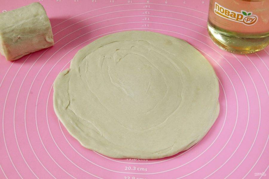 Скалку присыпьте мукой и раскатайте каждый кусочек толщиной около 2 мм и диаметром примерно 22 см.