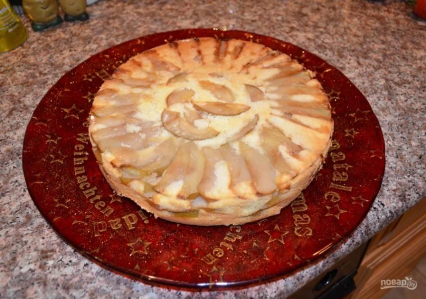 6. После запекания дайте пирогу немного постоять, затем переверните его и достаньте из формы (если форма раскрывается, будет еще лучше).