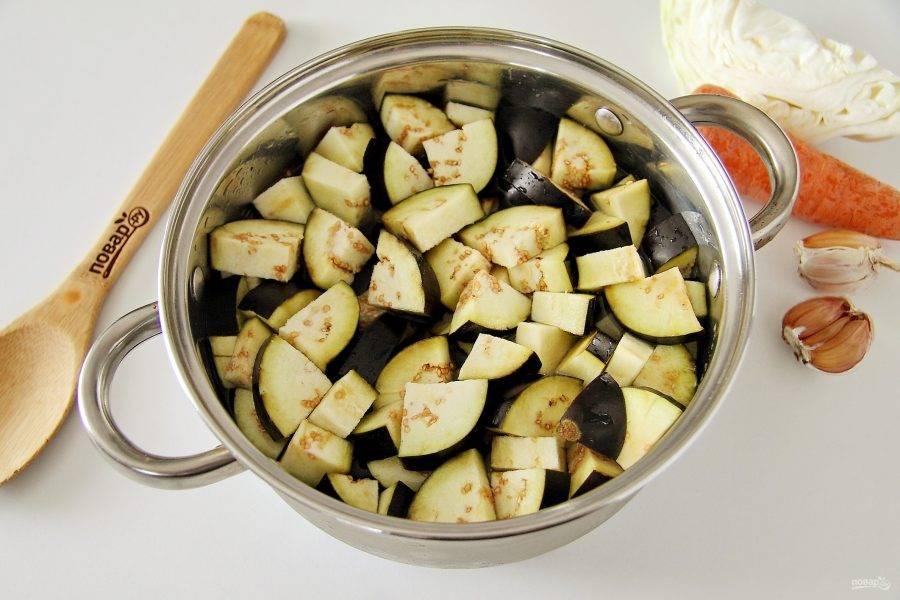 Баклажаны нарежьте крупными кусочками и выложите в кастрюлю. Отварите в хорошо подсоленной воде в течение 3-5 минут.