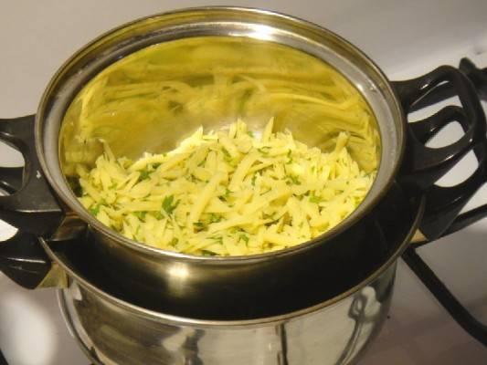 5. Ставим на водяную баню. Так сыр растопится и не пригорит.