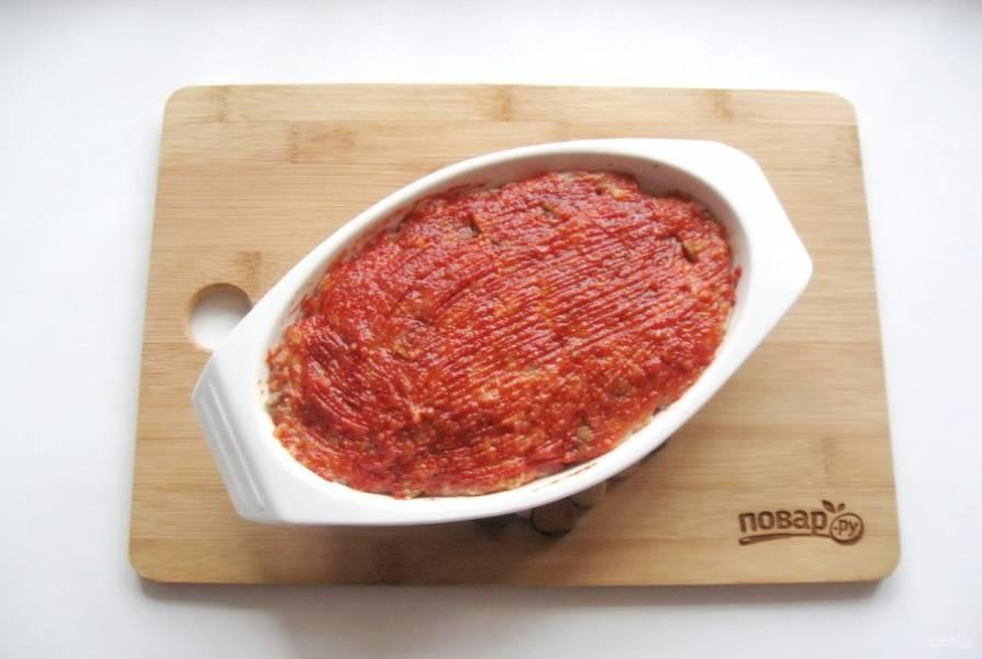 Смешайте томатную пасту, горчицу и сахар. Смажьте верх мясного хлеба.