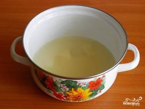 В небольшую кастрюлю добавляем воду и сахар.