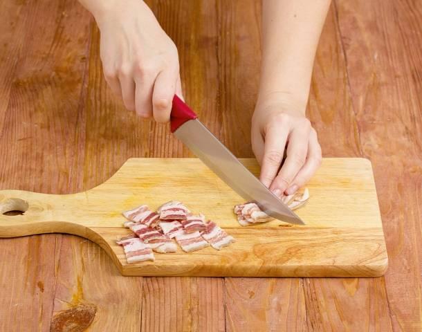 5. Пока он жарится, нарежьте небольшими кусочками и добавьте на сковороду бекон. Перемешайте все, продолжайте жарить на среднем огне.