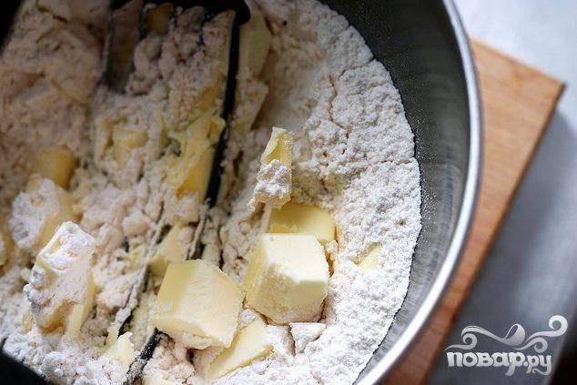 1. Сливочное масло нарезать кубиками. Смешать муку, сахар и соль в большой миске, добавить 2 столовые ложки сливочного масла. Перемешать миксером. Добавить оставшееся масло, перемешать миксером, пока смесь не будет напоминать крупные крошки. Добавить воду и  перемешать тесто руками. Добавить еще одну столовую ложку воды, если необходимо. Сформировать из теста диск и поставить в холодильник по крайней мере на 30 минут. На слегка посыпанной мукой поверхности раскатать тесто в круг 3 мм толщиной. Посыпать круг мукой с обеих сторон, стряхнув излишки.