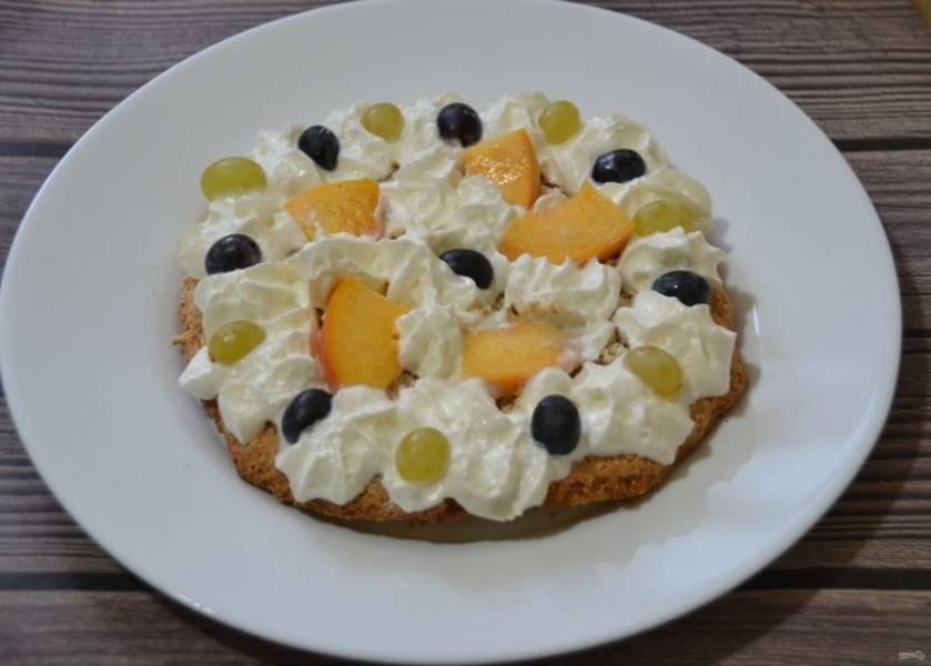 """Если решили сделать на основе """"дакуаза"""" десерт, украсьте его взбитыми сливками или любым другим кремом, фруктами и ягодами."""