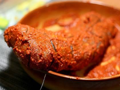 """2. Далее смешаем в миске много-много специй по вкусу и разбавим водой или растительным маслом. Щедро """"вымазываем"""" мясо в этой смеси."""