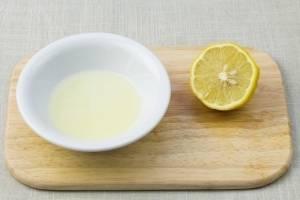 Выдавите сок лимона в тарелочку.