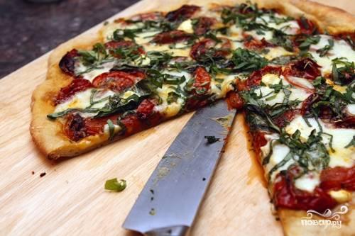 Пицца с моцареллой и базиликом